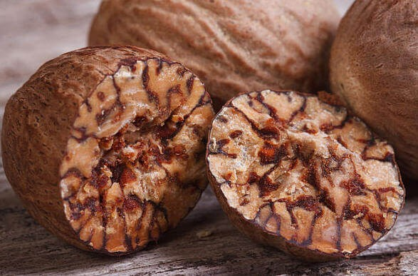 Рецепт домашнего абрикосового вина с орехами
