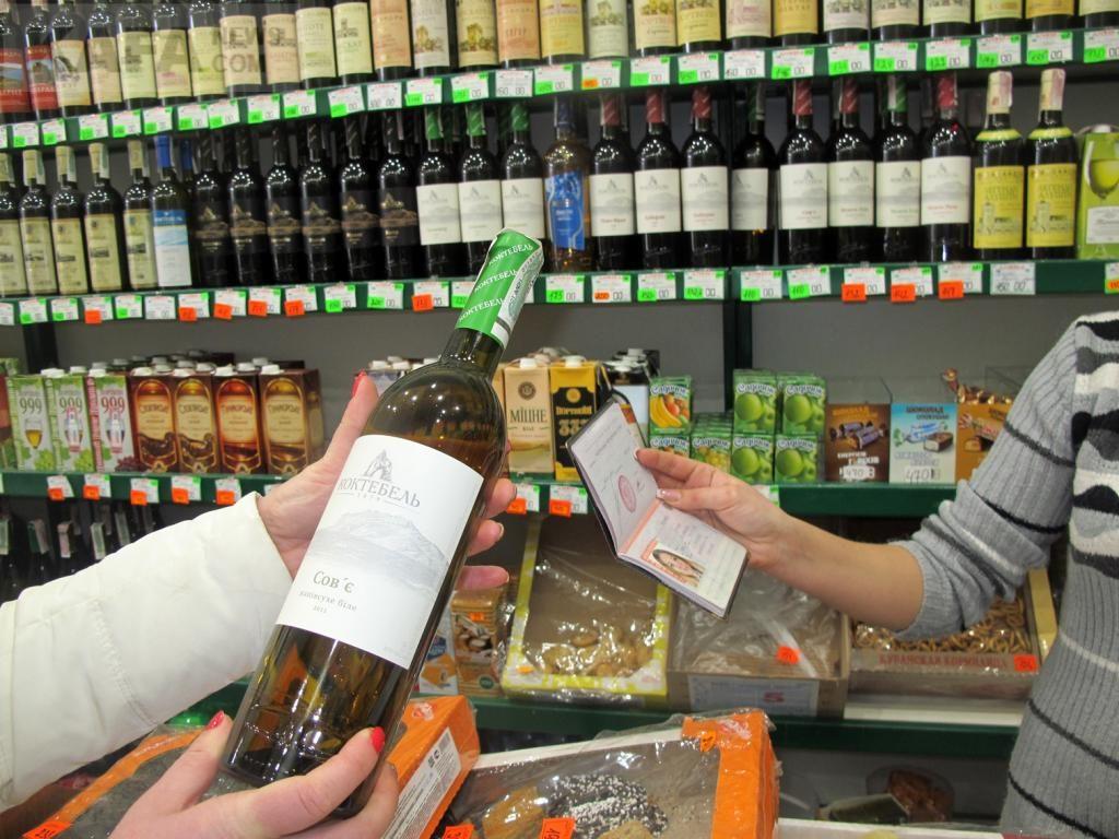 В РФ разрешат покупать алкоголь только с 21 года