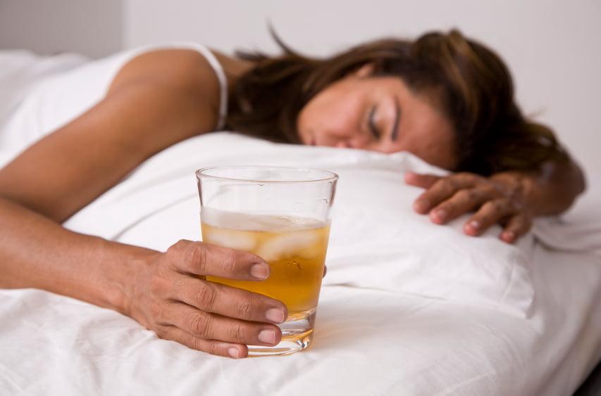 Пить перед сном особенно вредно для здоровья
