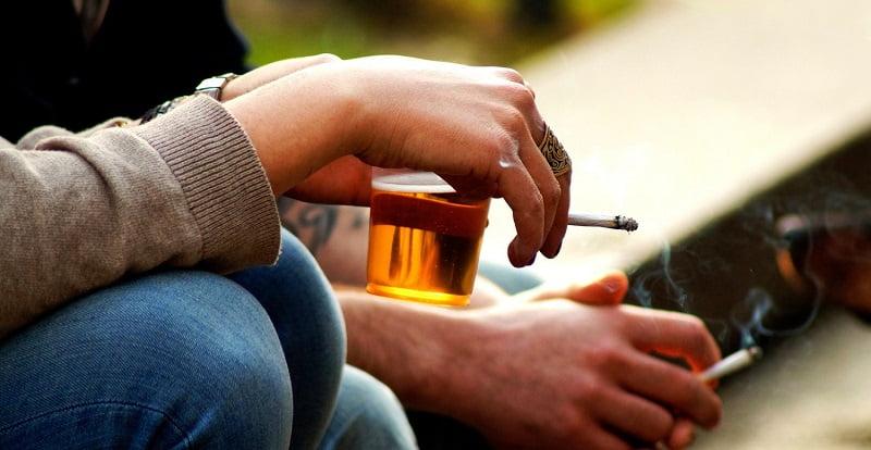 Запрет на алкоголь поможет бросить курить